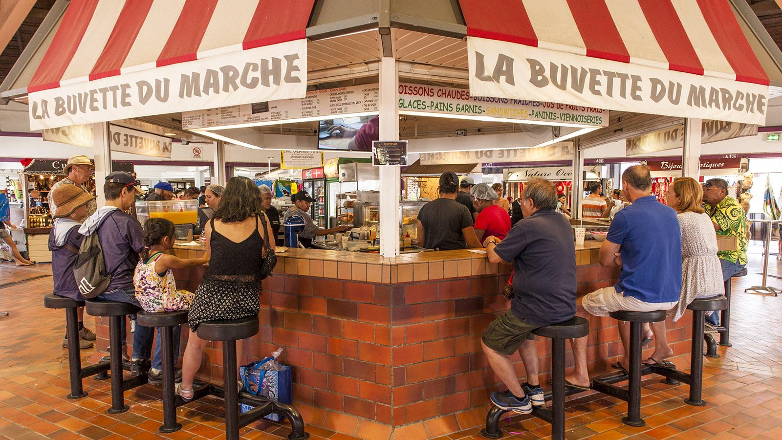 Neukaledonien: Die Bar der Markthalle von Nouméa: Hier trifft man sich nach dem Einkauf! Foto: Hilke Maunder