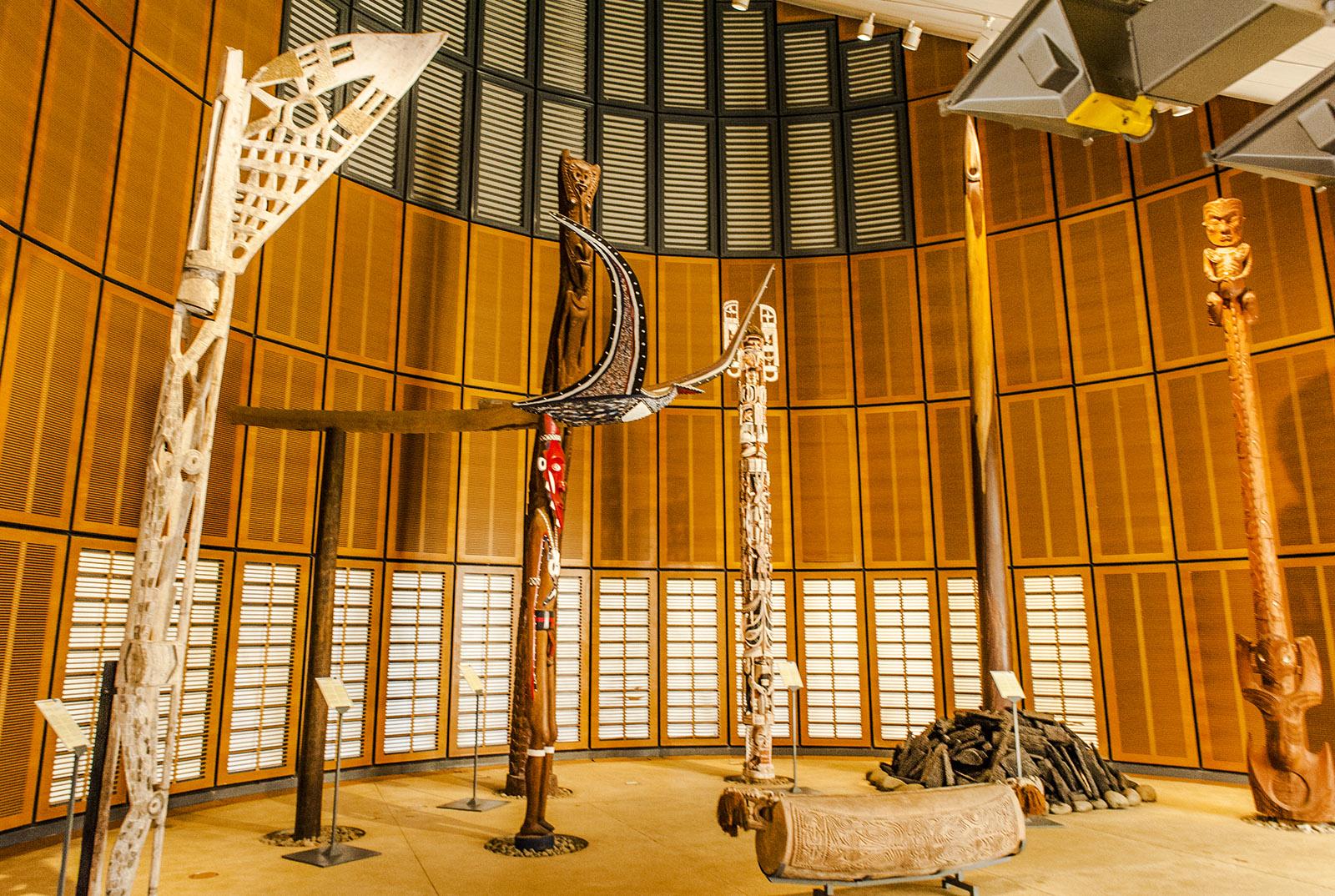 """Neukaledonien: Im Tjibaou-Kulturzentrum der Kanaken werden in einer """"case"""" aus andere indigene Kulturen des Pazifiks vorgestellt. Foto: Hilke Maunder"""