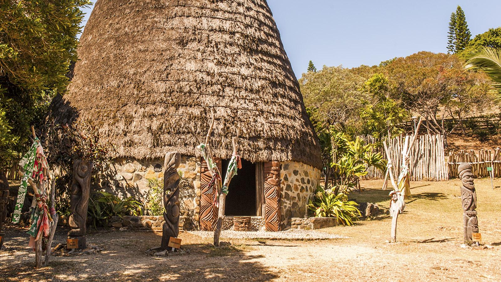 """Neukaledonien: Die typischen """"cases"""" der Kanaken sind im Tjibaou-Kulturzentrum von Nouméa ausgestellt. Foto: Hilke Maunder"""
