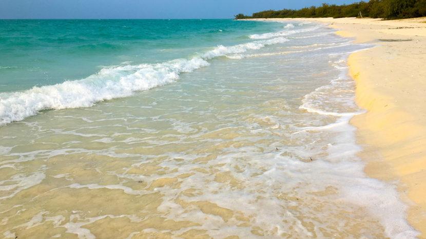 Neukaledonien: Korallenmeer an weißem Strand: Neukaledonien besitzt Dutzende solcher Traumstrände. Foto: Hilke Maunder