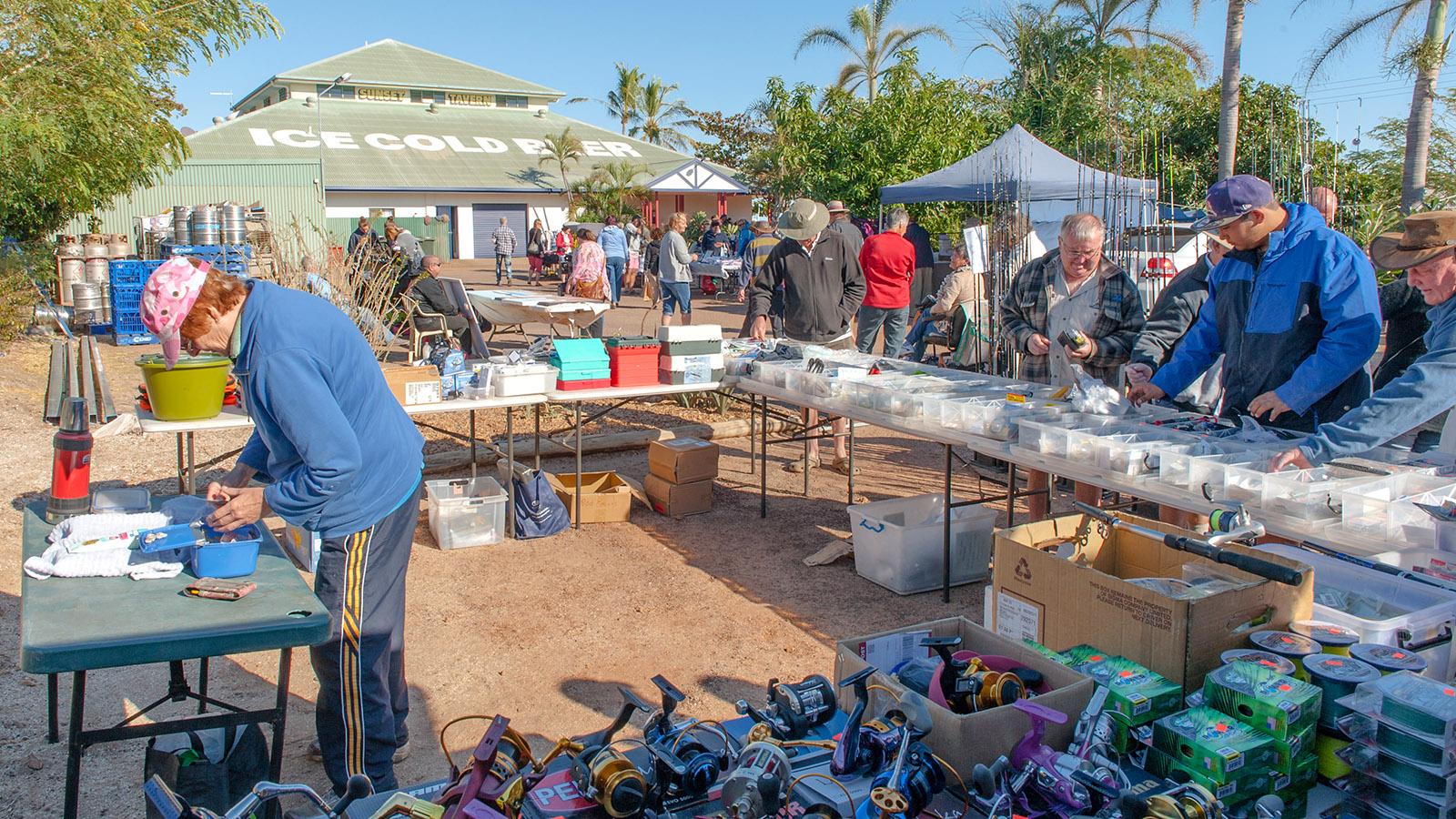 Erst bummeln, dann ein Bier: Der Sonntagsmarkt von Karumba lockt Besucher zur Sunset Tavern. Foto: Hilke Maunder