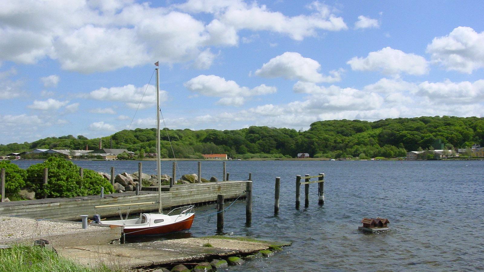 Kronjylland/Hobro: Jolle am Liegeplatz im Mariager Fjord. Foto: Hilke Maunder