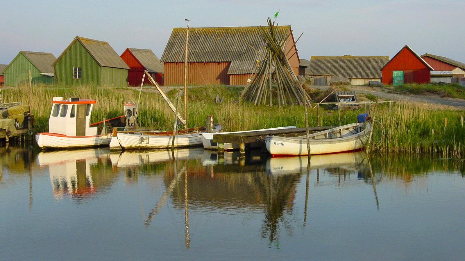 Von den Ferienhäusern im Gammel Havn blick ihre auf alte Fischerboote und Arbeitshütten. Foto: Hilke Maunder