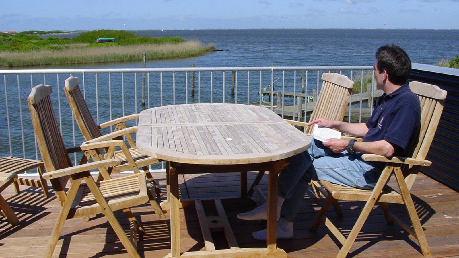 "Schwimmende Ferienhäuser. Hausboot 789 ""Goliath"": unser Sonnendeck im OG. Foto: Hilke Maunder"