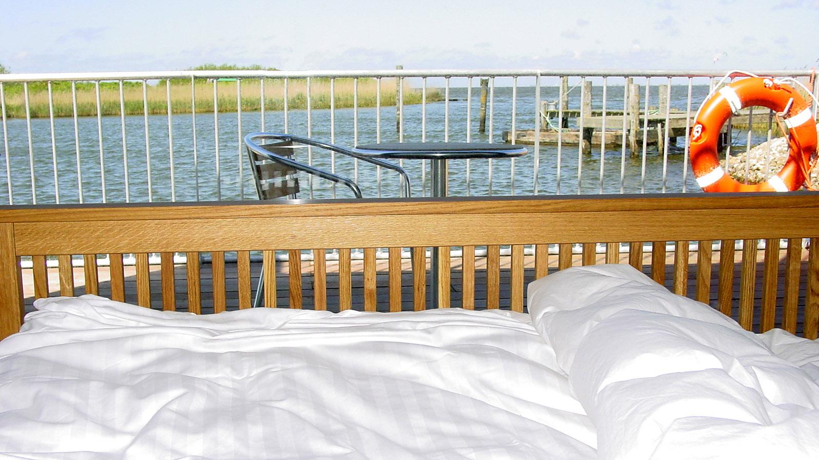 """Schwimmende Ferienhäuser. Das Hausboot 789 """"Goliath"""".Diesen Ausblick habt ihr Blick vom Schlafzimmer im Heck. Foto: Hilke Maunder"""