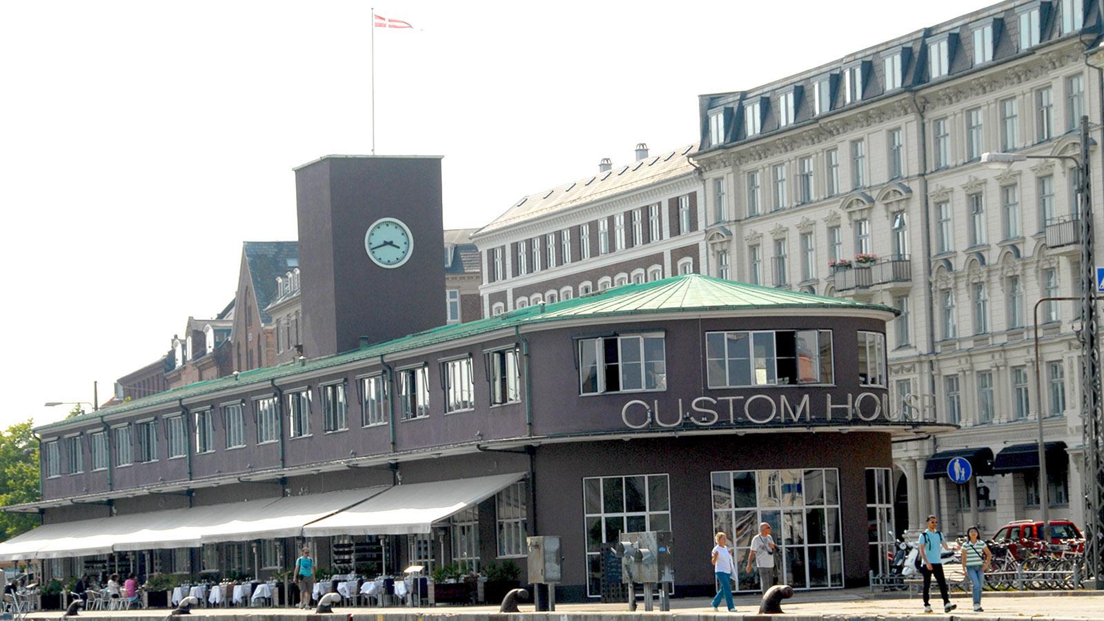 Mit dem Hafenbus in Kopenhagen unterwegs: Das ehemalige Zollhaus ist heute ein beliebtes Restaurant. Foto: Hilke Maunder