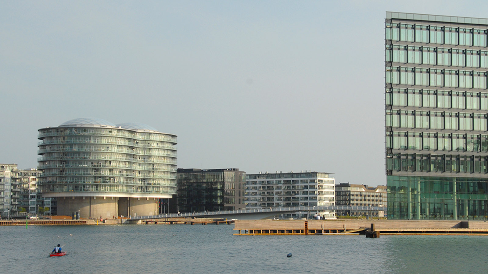 Mit dem Hafenbus unterwegs in Kopenhagen. Blick auf die neue Bebauung von Islands Brygge (l., Gemini-Wohngebäude) und Havneholmen (r.). Foto: Hilke Maunder