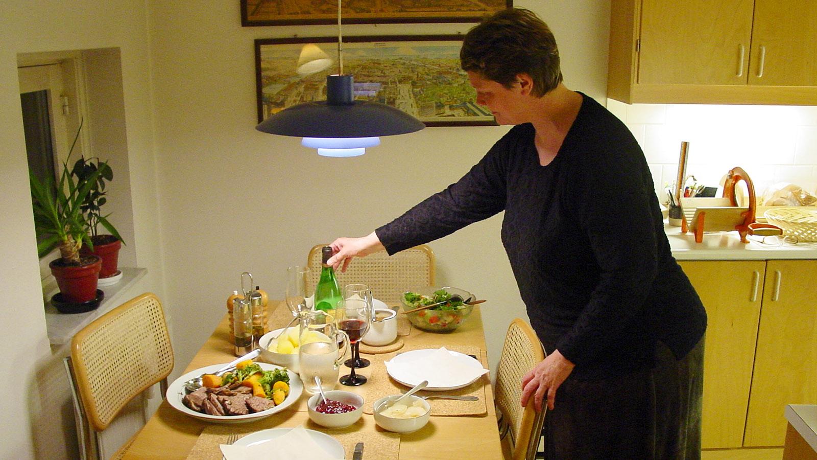"""Meet the Danes: Eva Gall (48) hat den Tisch für den abendlichen """"middag gedeckt. Foto: Hilke Maunder"""