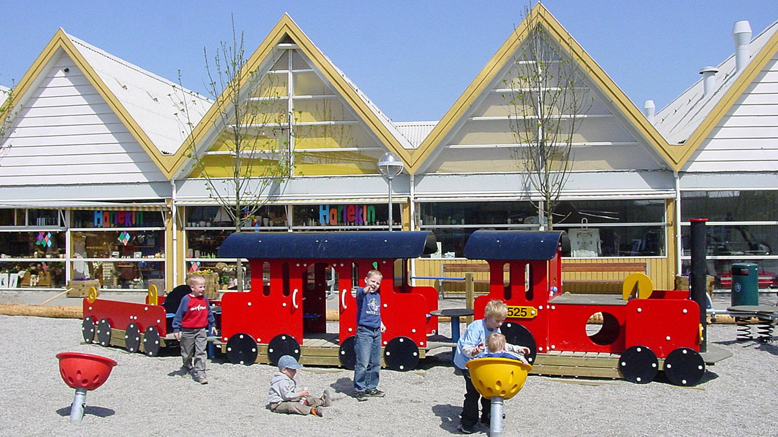 """Lalandia: der Spielplatz im Freigelände. Dahinter. liegen das Supermarktgeländer und die Boutique """"Harlekin"""". Foto: Hilke Maunder"""