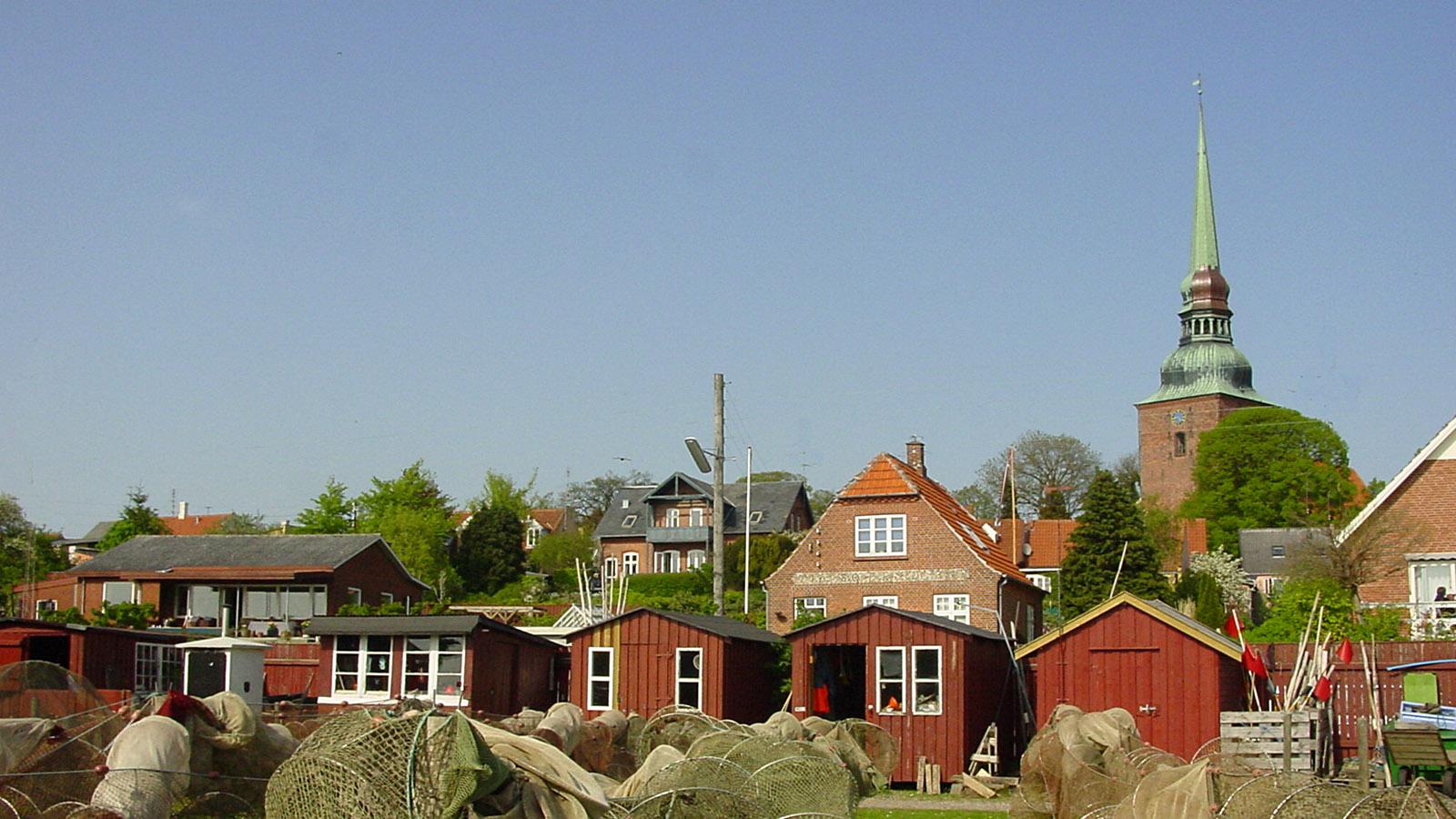 Nystedt: Blick vom Hafen auf die Stadt. Die Fischer trocknen ihre Netze direkt an der Mole. Foto: Hilke Maunder