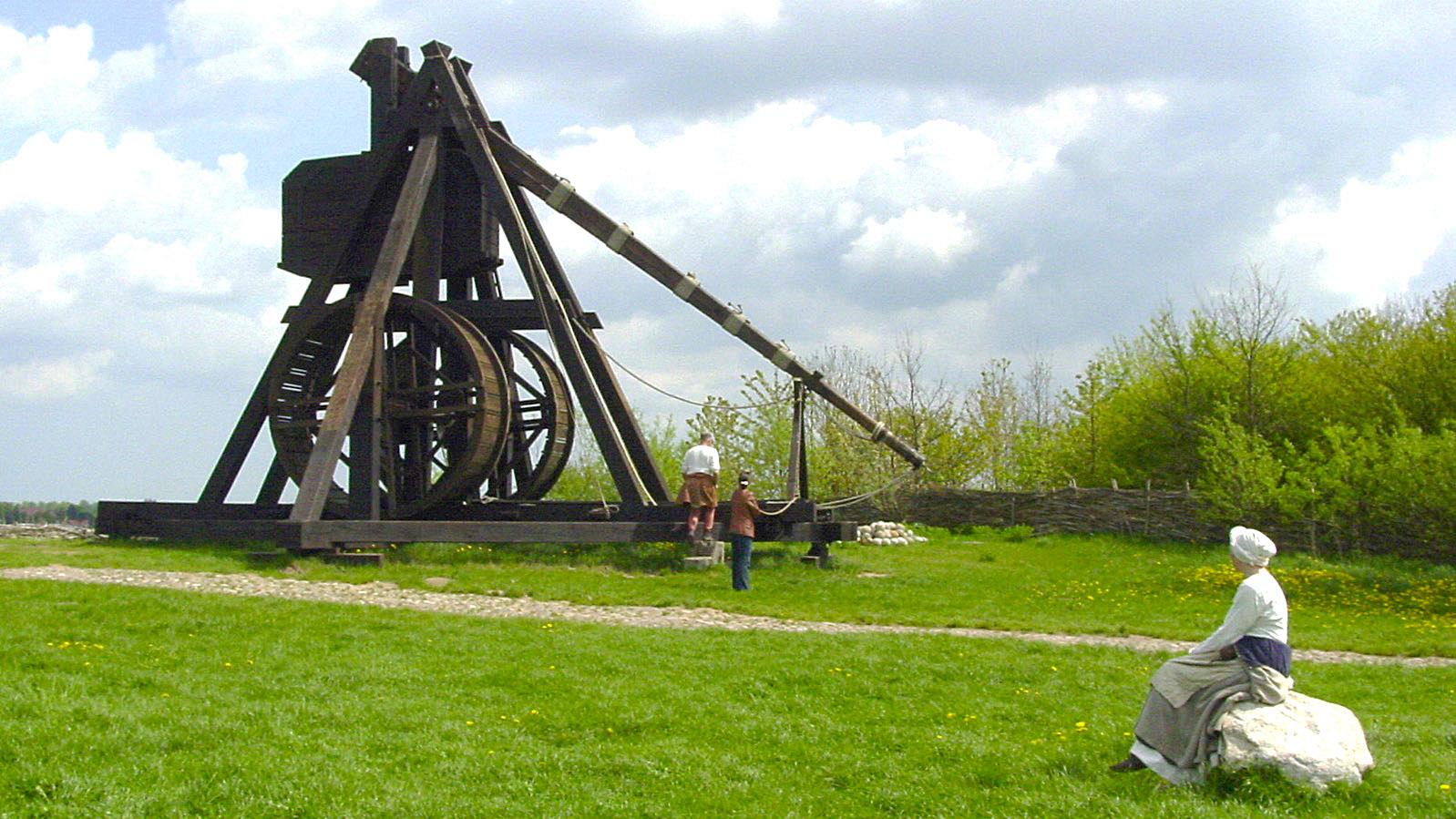 Mittelalter-Zentrum: Die große Wurfmaschine wird zum Abwurf eines 15 kg schweren Steins vorbereitet. Foto: Hilke Maunder