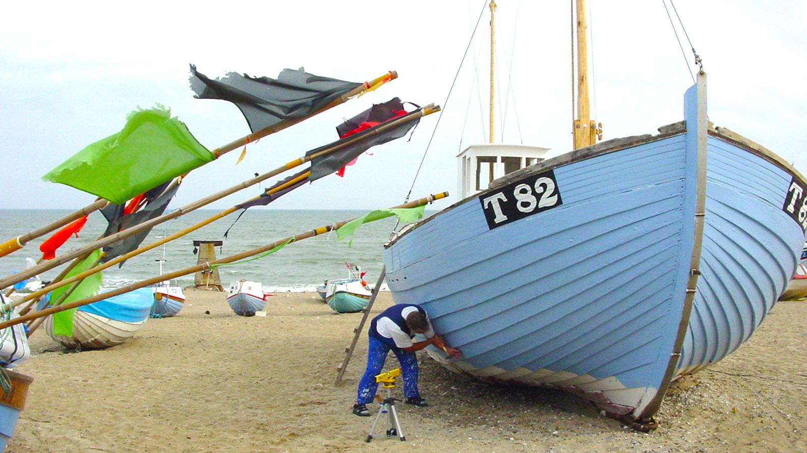 Hellblau ist traditionell die Farbe der dänischen Fischkutter - auch in Norre Vorupør. Foto: Hilke Maunder