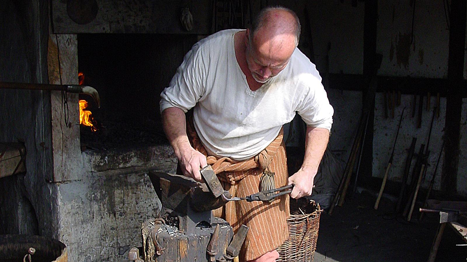Mittelalter-Zentrum: Poul, der Schmied, schmiedet ein neues Werkzeug. Foto: Hilke Maunder