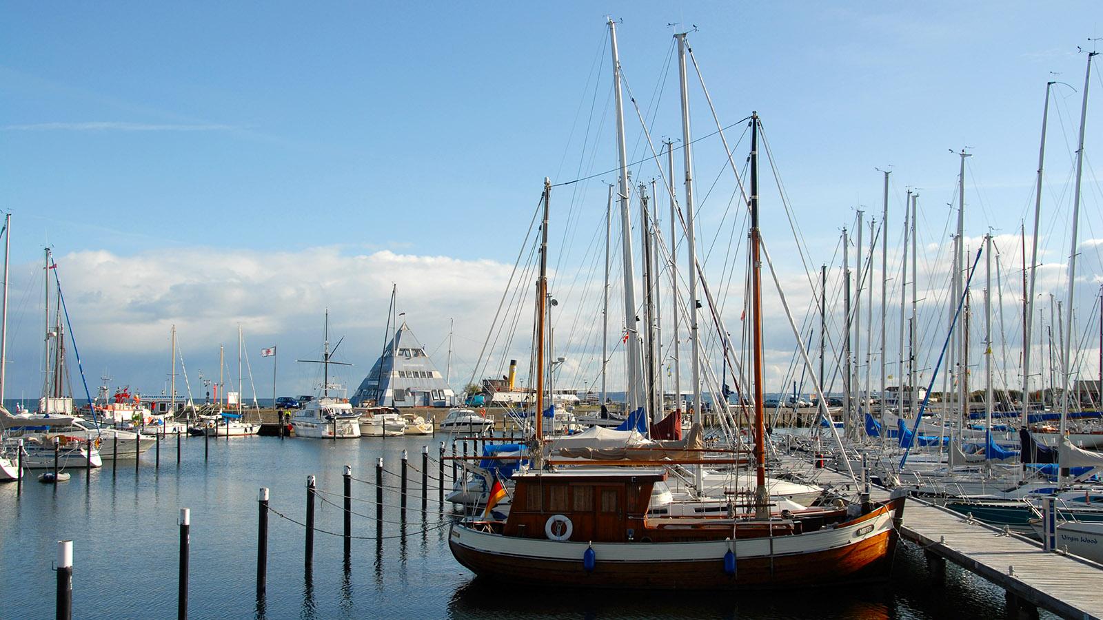 Der Gästehafen von Damp mit der Hafenmeisterei. Foto: Hilke Maunder
