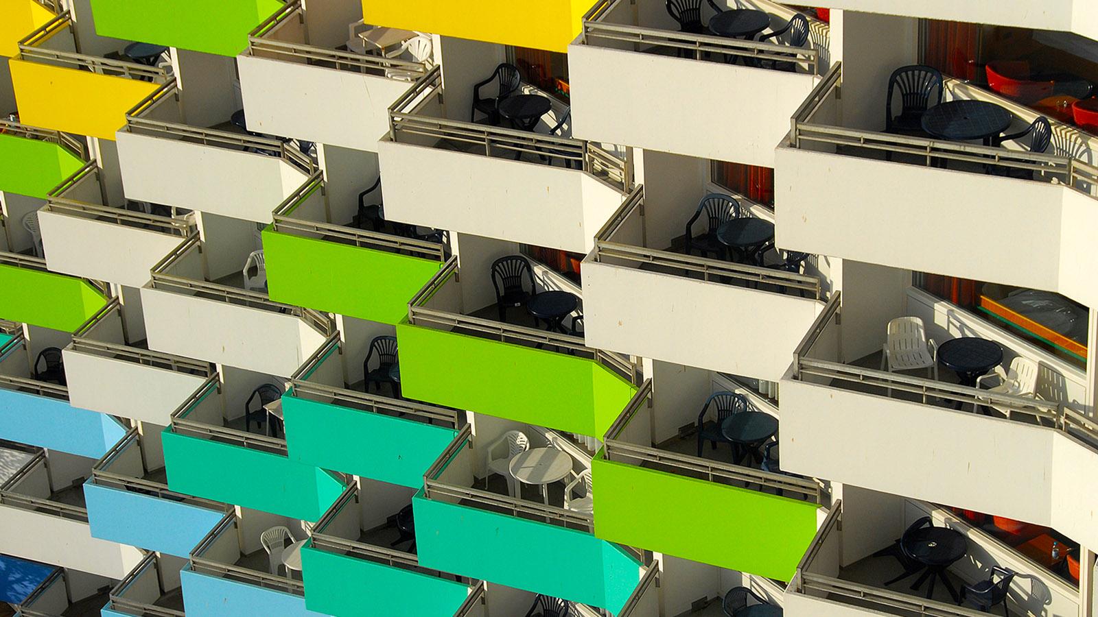 Farbenfroh: die Balkon des Ostseehotels Damp. Foto: Hilke Maunder