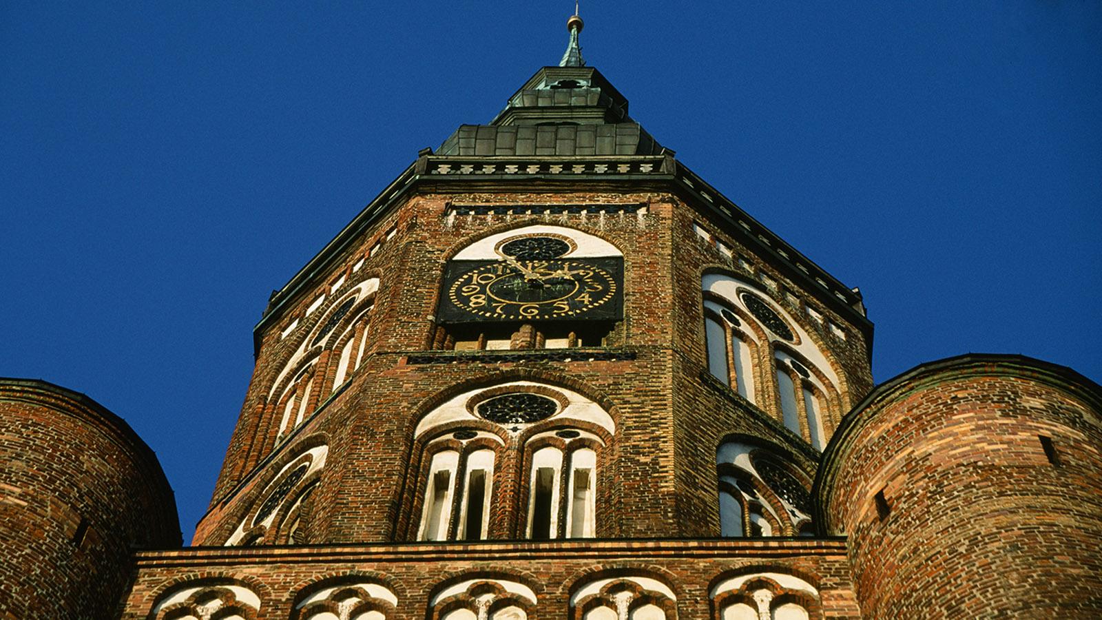 E): Beeindruckende Backsteingotik: der Turm des Greifswalder Domes Foto: Hilke Maunder