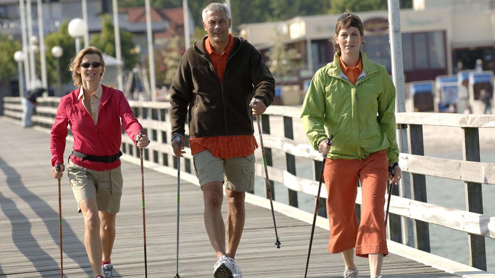 Nordic Walking auf der Seebrücke von Grömitz. Foto: Pressebild Laufküste Ostsee.