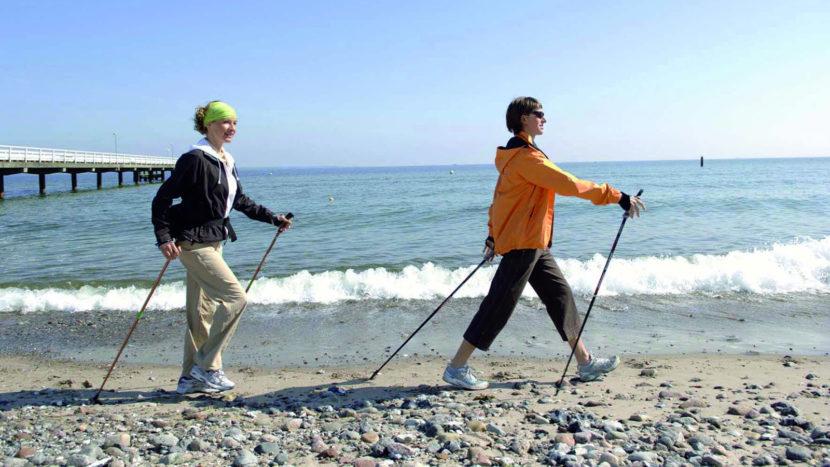 Nordic Walking am Strand von Grömitz. Foto: Pressebild Laufküste Ostsee.