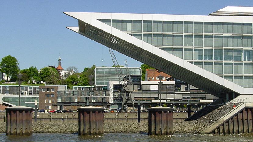 """Vom Au Quai blickt ihr direkt auf das ausgefallen Bürohaus """"Dockland"""" Foto: Hilke Maunder"""