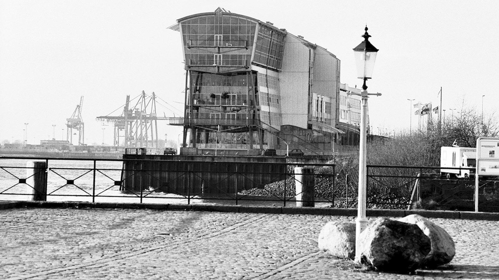 """Hamburger Hafen: Das einstige Terminal der Englandfähren mit dem Restaurant """"Rive"""". Foto: Hilke Mander"""