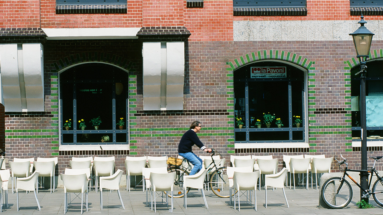 Revitalsierung im Hafen: das Café im Stilwerk, Große Elbstraße. Foto: Hilke Maunder