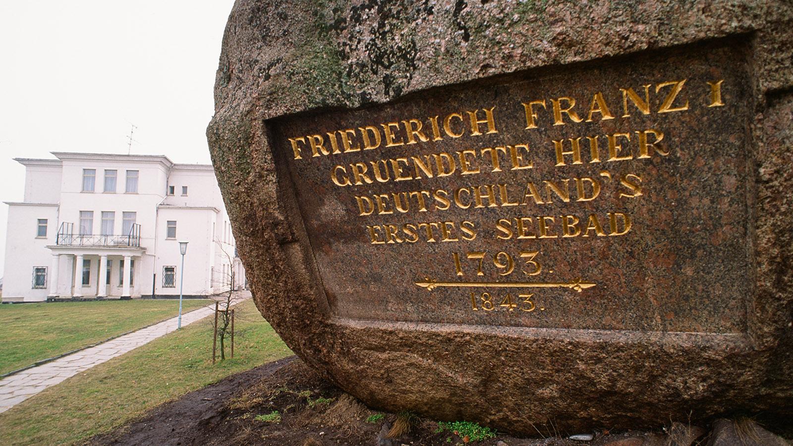 E9: Dieser Findling erinnert an die Gründung des ältesten deutschen Seebades.  Foto: Hilke Maunder