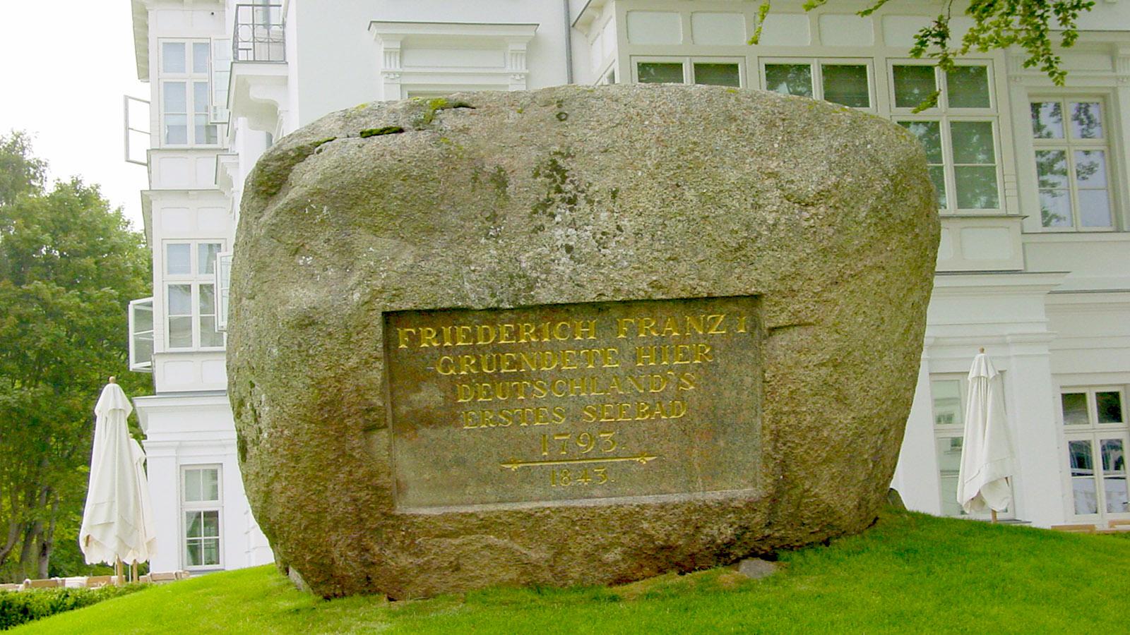 Gedenkstein zur Gründung ersten deutschen Seebades vor dem Severin-Palais von Heiligendamm. Foto: Hilke Maunder