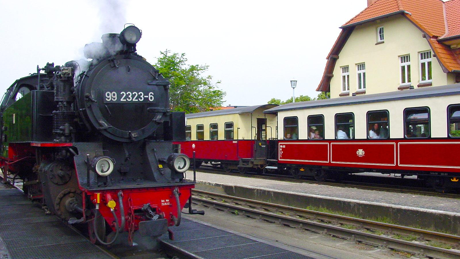 "E9: Der Nostalgiezug ""Molli"" hält auch in Kühlungsborn-West-Foto: Hilke Maunder"