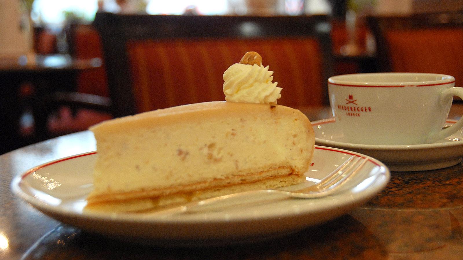 Berühmt: die Marzipan-Torte von Niederegger, die das hauseigene Café in der Breiten Straße serviert. Foto: Hilke Maunder