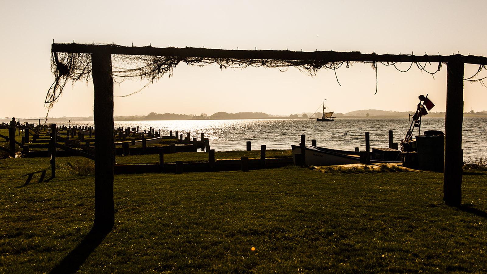 Direkt an der Uferpromenade von Maasholm werden wie einst auch noch noch heute die Netze der Fischer getrocknet. Foto: Hilke Maunder