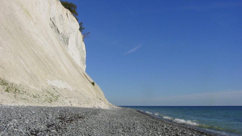 Nationalparks in Mecklenburg-Vorpommern: Blick auf die Steilküste und ihren steinigen Strand. Foto: Hilke Maunder