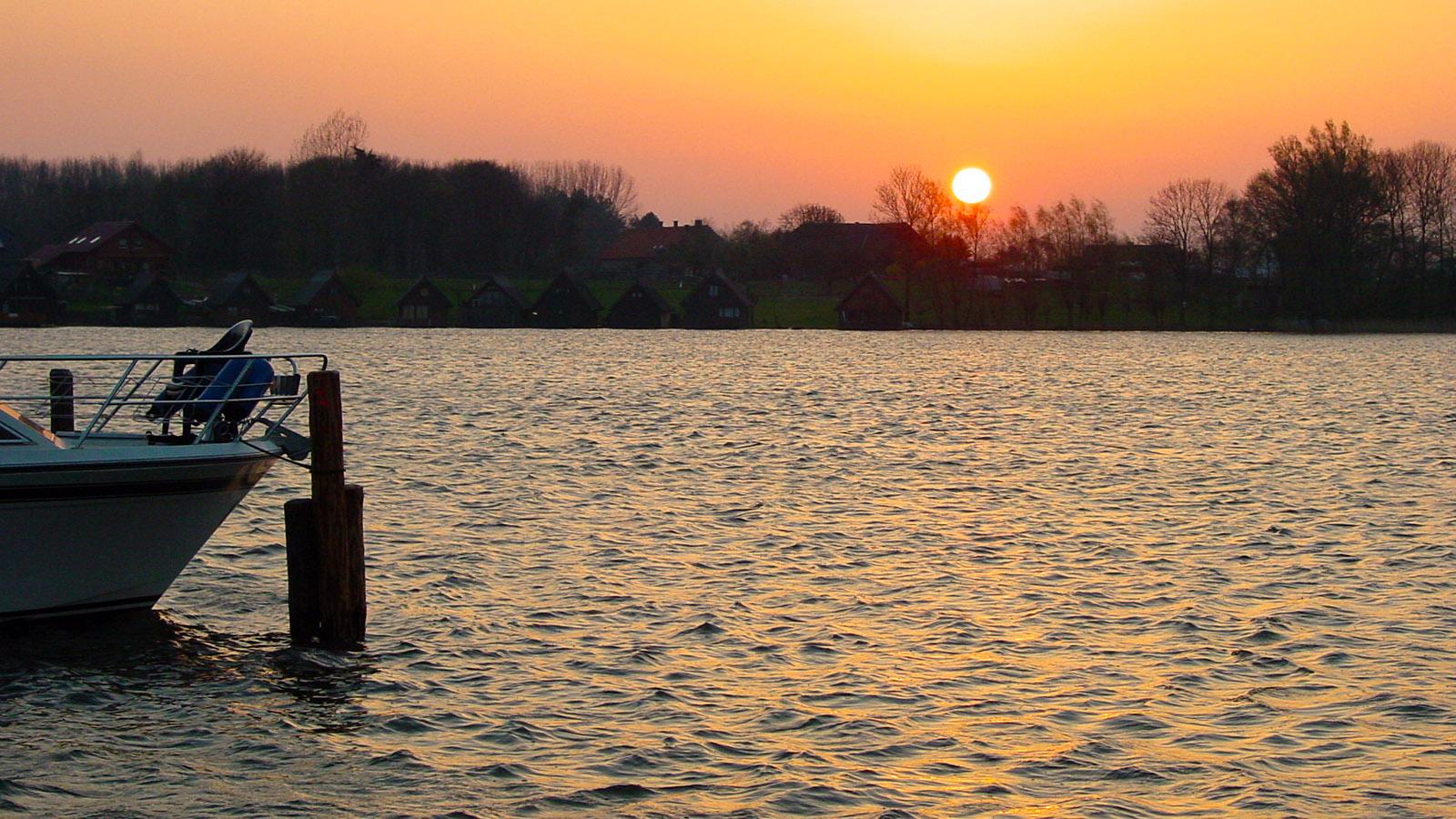 Wildes Mecklenburg: Mirower See: Sonnenuntergang am Bootssteg. Foto: Hilke Maunder