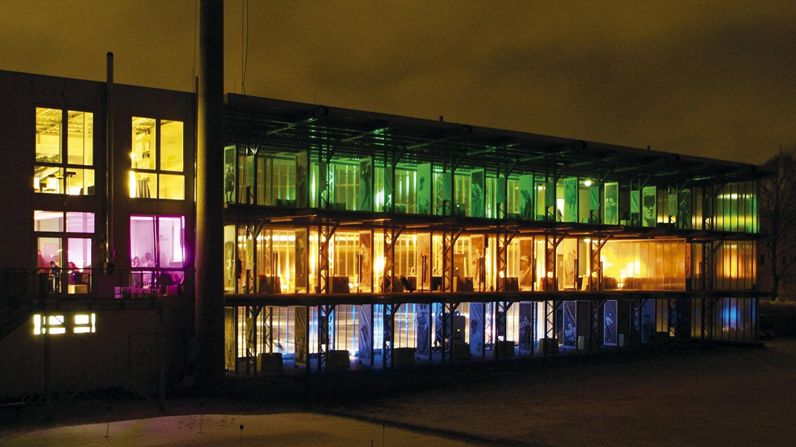 Die Golf-Lounge wird abends farbig bunt beleuchtet. Foto: Pressebild Golf Lounge Hamburg