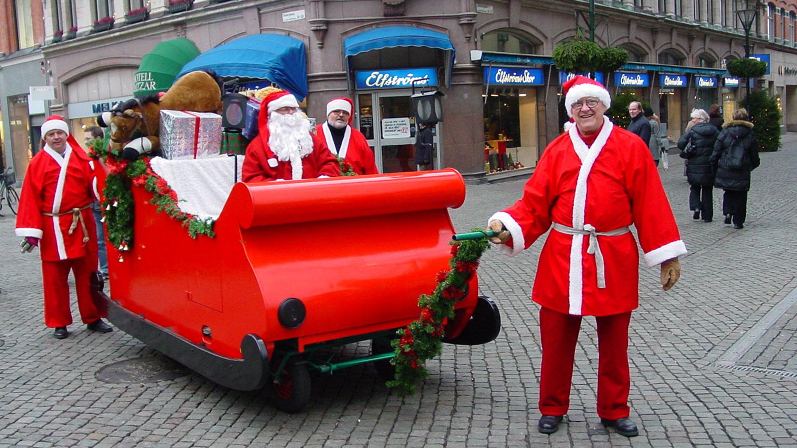 Juletid: In Malmö ist der Weihnachtsmann mit dieser Kutsche unterwegs und erkundigt sich nach den Wünschen der Schweden. Foto: Hilke Maunder