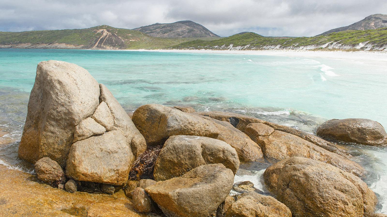 Wilder Süden: Glatt polierter Granit und türkisfarbenes Wasser: Wylie Bay bei Esperance. Foto: Hilke Maunder