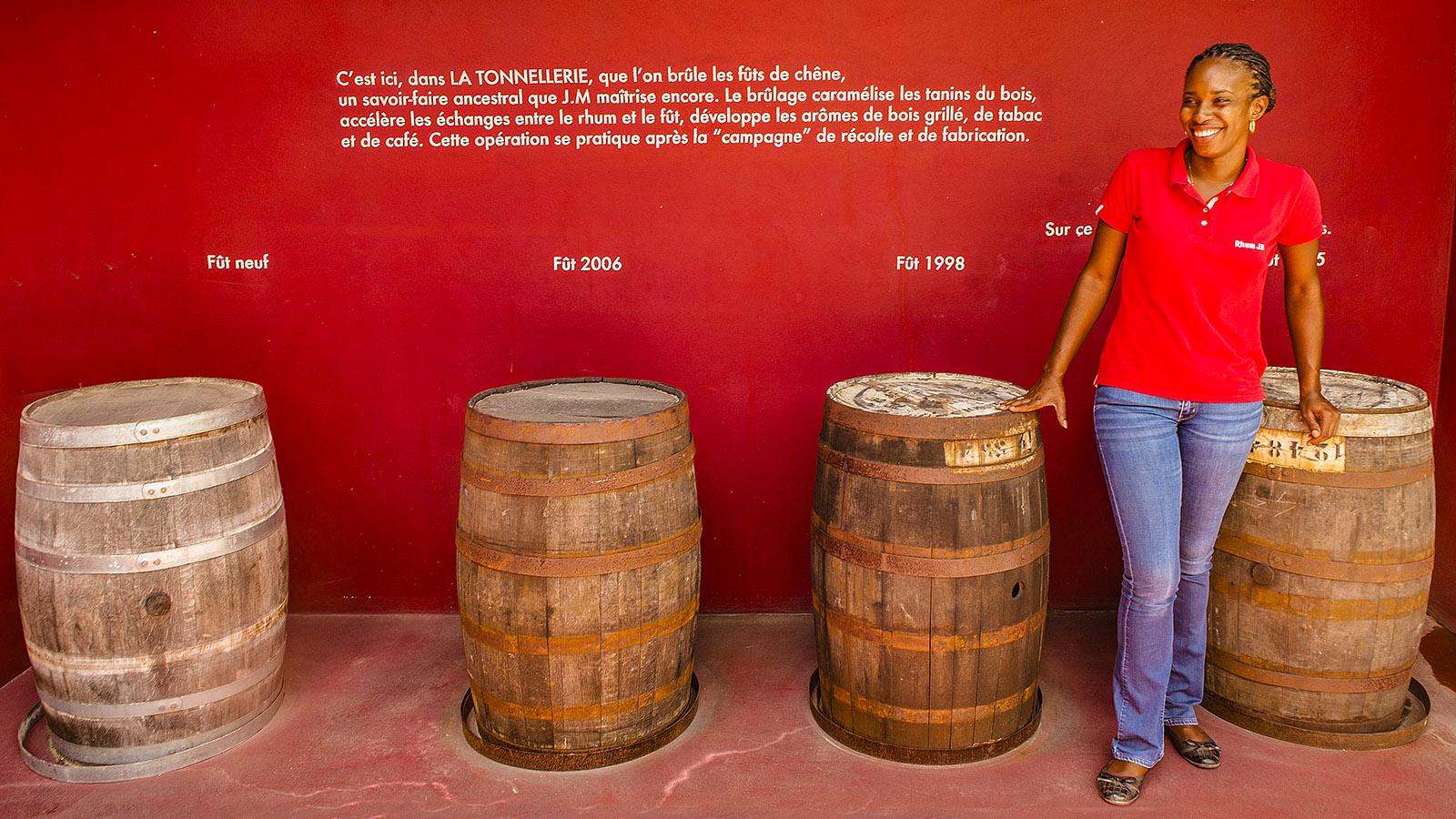 Martiniqe. Aurelia Bapte erklärt die verschiedenen Rum-Fässer. Foto: Hilke Maunder