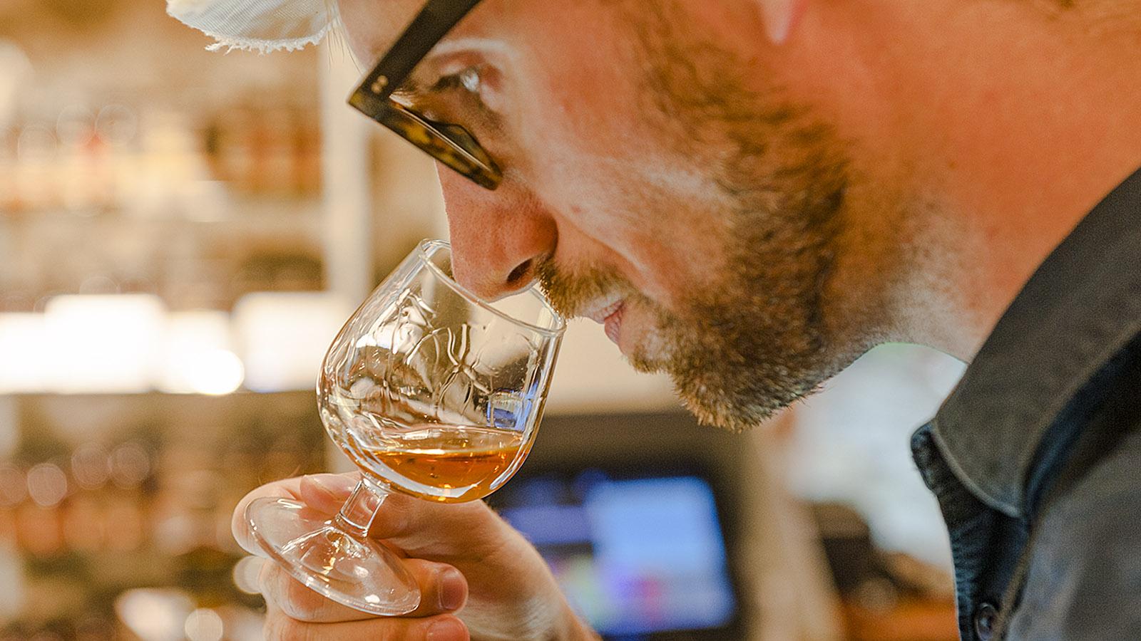 Martinique. Oliver testet den Rum von Clément. Foto: Hilke Maunder