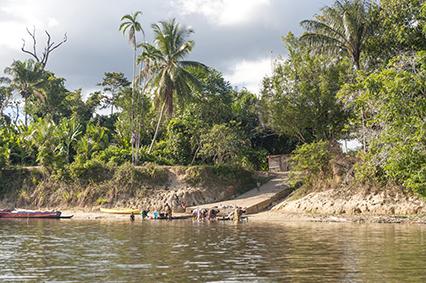 Wäsche waschende Frauen in Goejaba am Suriname River