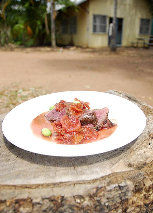 aly River/Aborigines-Gemeinde Nauiyu: An der St. Xavoer School bildet Steve Sunk (54) junge Aborigines zu Köchen aus. Hier: Känguru-Filet mit Lotusblütensamen und Quandongs, Buschpfirsichen