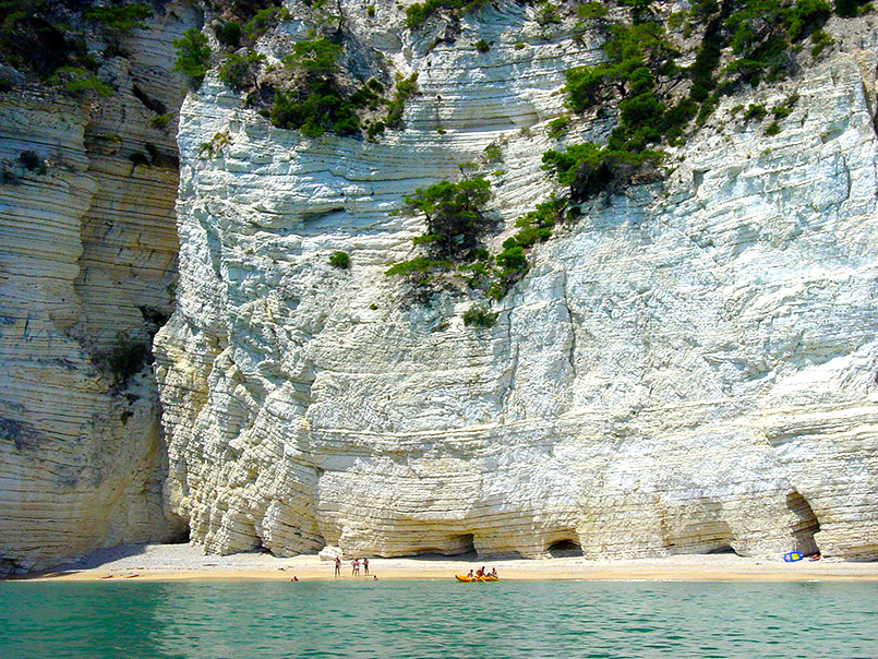 aia delle Zàgare: Strand mit Kreidekliffs - die schwarzen Bänder sind aus Feuerstein.