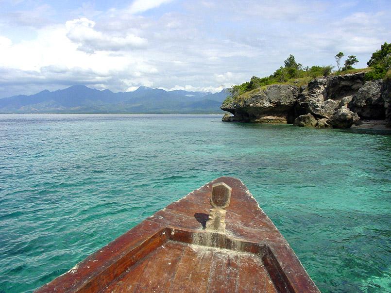 Blick auf Meningan Island (r.) und Bali.