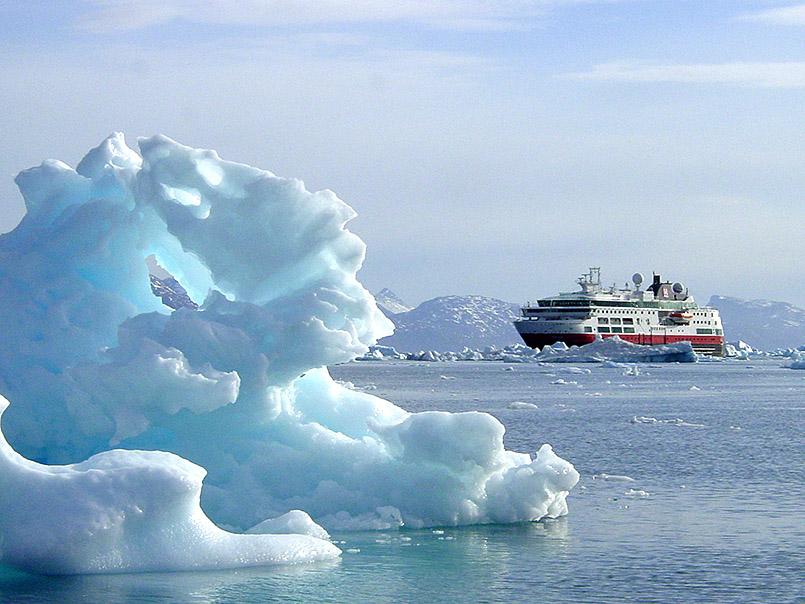 Grönland: Das Hurtigruten-Expeditionsschiff MS Fram im Eisfjord.