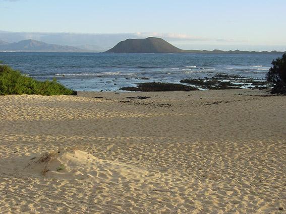 E/Kanaren/Fuerteventura/Corralejo:Zwischen Fuerteventura und Lanzarote liegt die kleine Insel Isla de Lobos.