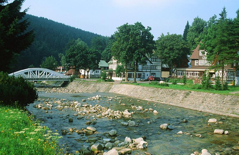 Špindlerův Mlýn (Spindlermühle) im Riesengebirge: Brücke über die junge Elbe