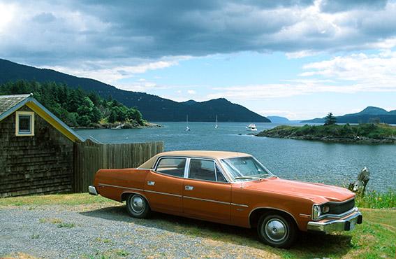 USA/Washington State/San Juan Islands: East Sound, Auto vor der Bucht