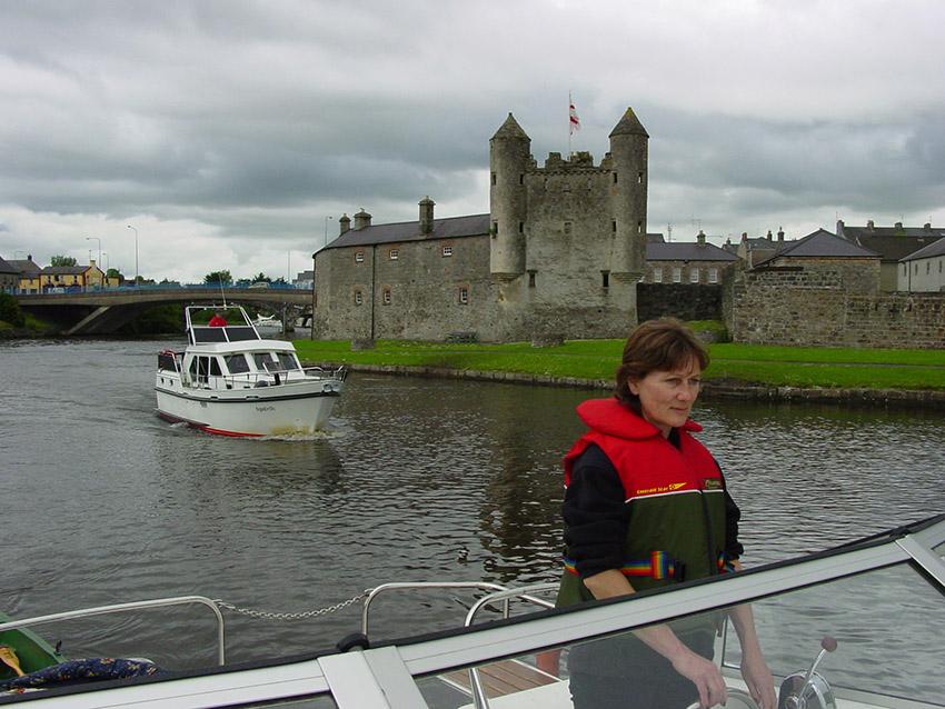 GB/Nordirland/Enniskillen: Burg bewacht den Erne River, der beide Seen verbindet. Petra Sonnenstuhl am Steuer des Decks.