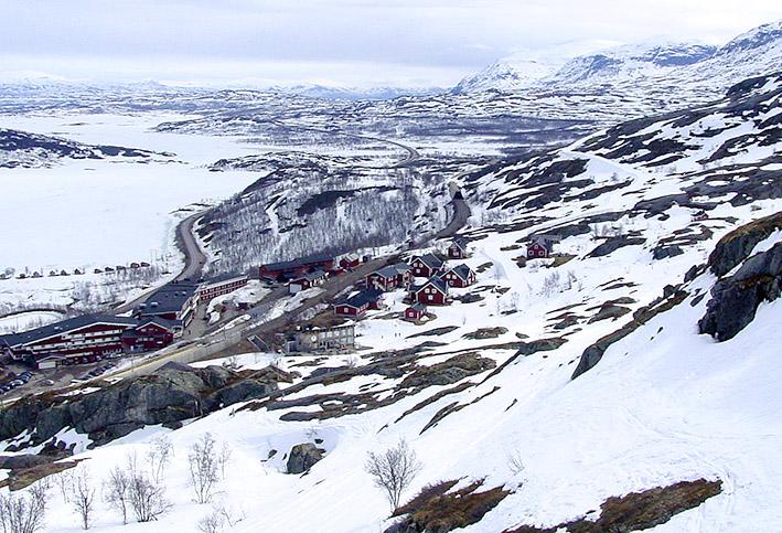 Blick vom Lift auf das Dorf und die Skiberge.