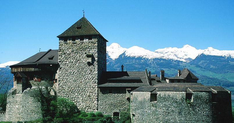 Vaduz: Fürstenschloss vor Bergkulisse im Frühling