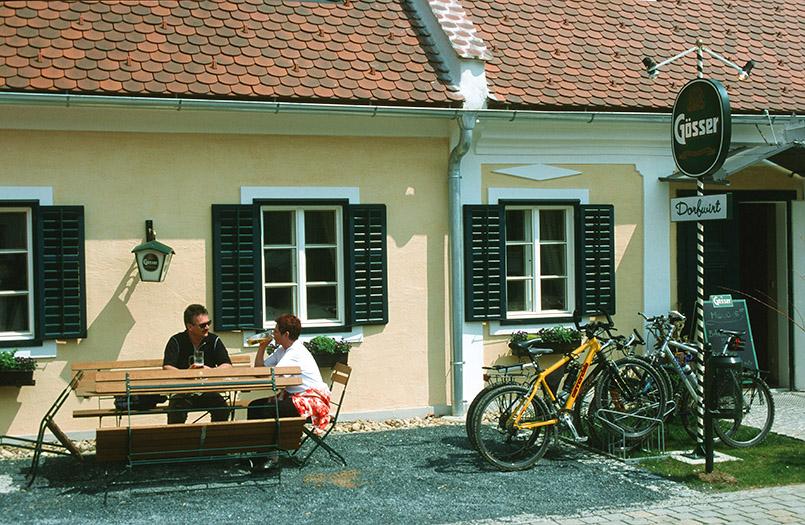 Bad Blumau: Der Dorfwirt im Ort bietet neben steirischer Kost ein Naturheilmuseum im Hintergebäude.