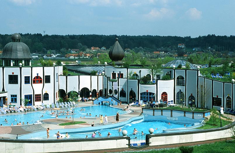 Bad Blumau:Rogner-Bad Blumau; Blick auf die Thermenanlage vom Hotel aus.